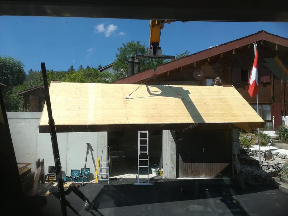 Pose d'un petit avant-toit